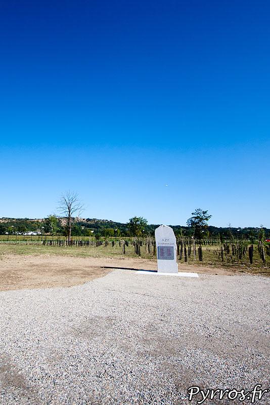 Cette stèle est normalement située route de Seysses, mais il a été décidé de la rapprocher de l'usine pour la commémoration des 10 ans de la catastrophe