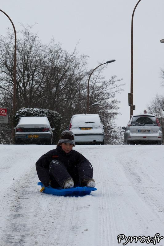 Les luges sont de sortie pour les jeunes toulousains qui profitent de cette neige