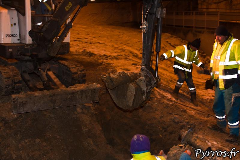 Terrain glissant, dans le godet du tracteur le tuyau en fonte percé a plusieurs endroits