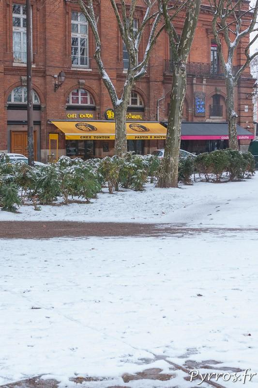 La place Saint Pierre, repère des fêtards toulousains, sous la neige