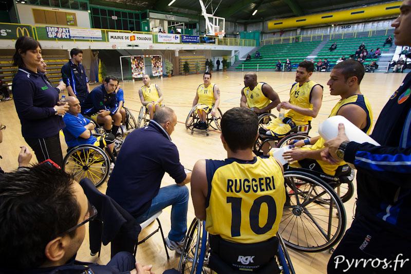 Le coach italien Marco BERGNA présente la stratégie à son équipe
