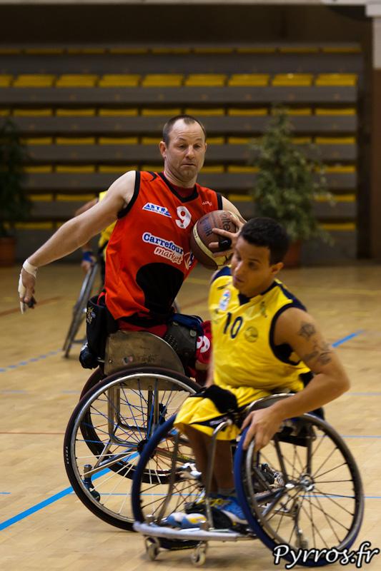 Bertrand LIBMAN évite le joueur italien en dirigeant le fauteuil sans les mains