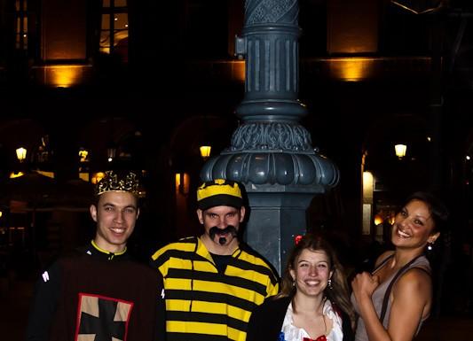 Le roi, Joe Dalton, Blanche Neige et Lara Croft sur des roller
