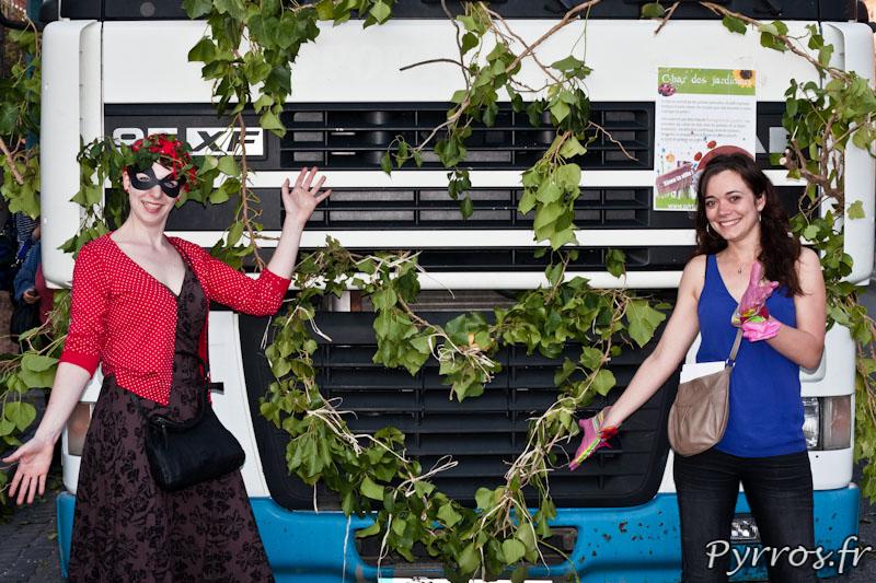 Camion décoré avec ses artistes, Collectif Partageons les Jardins