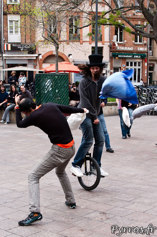 FlashMob : Bataille de polochons sur un monocycle