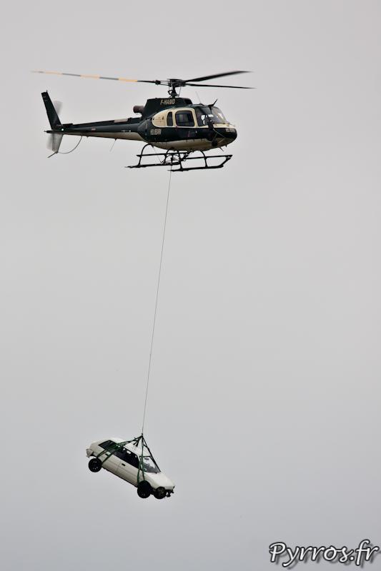 Transport de voiture par l'AS350 B3 Ecureuil, Airexpo 2012