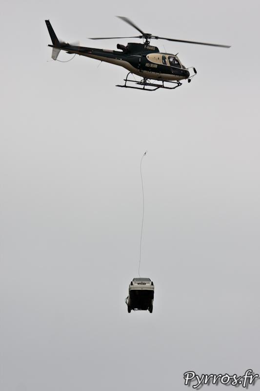 Largage de voiture par l'AS350 B3 Ecureuil, Airexpo 2012