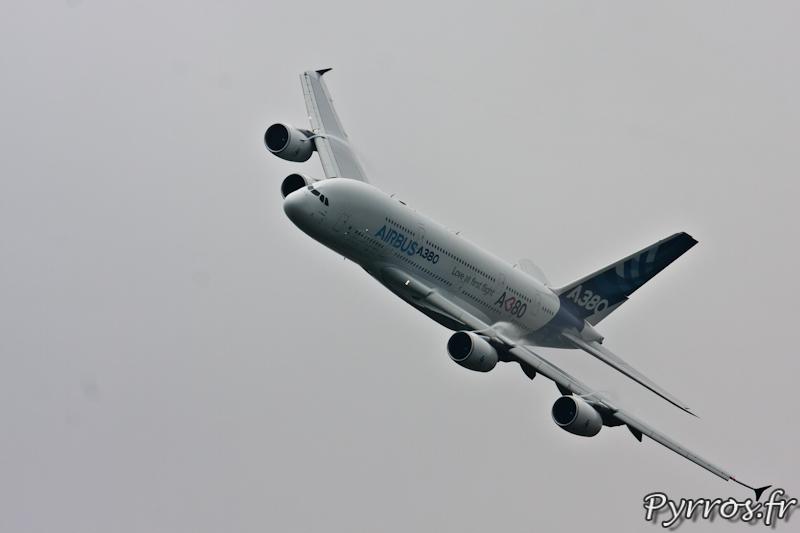 Virage à gauche avec trainées de réacteurs sur les ailes, Airbus A380, Airexpo 2012