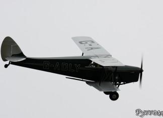 De Havilland DH.87 Hornet Moth en virage à droite à Airexpo 2012