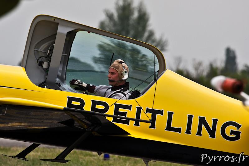 Mikael BRAGEOT pilote le Sbach 300, roulage après le vol de présentation, Airexpo 2012