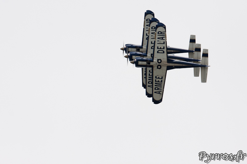 Virage en Colonne 1.50m sépare chaque avion, Cartouche Doré - Airexpo 2012