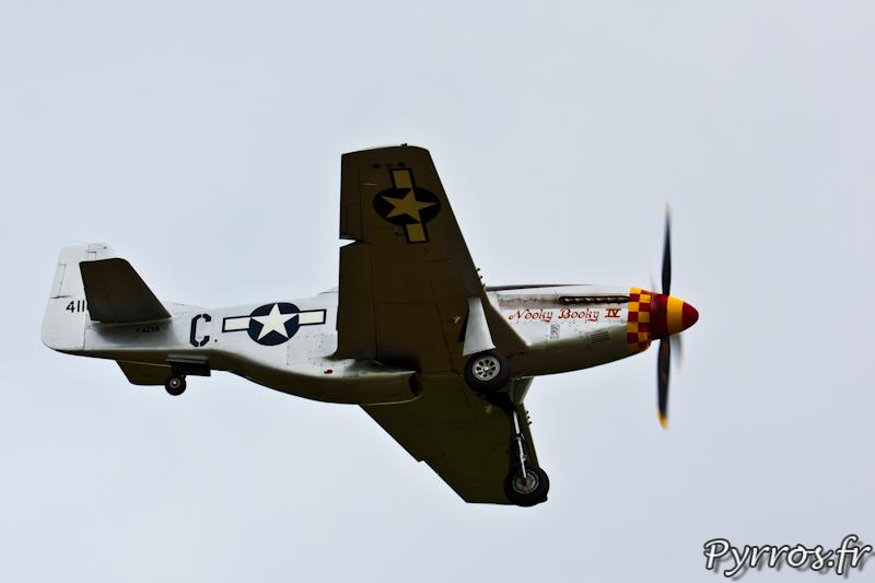 P-51 Mustang, vue de dessous on voit l'entrée d'air du radiateur, Airexpo 2012