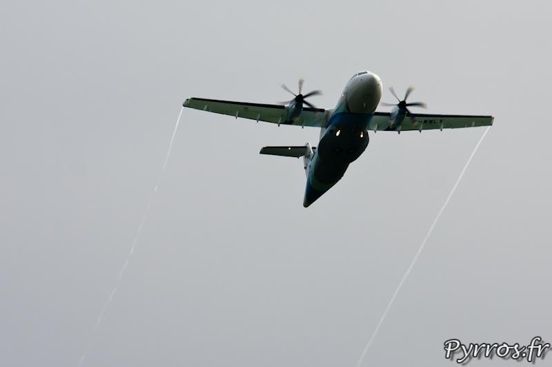 Formation de trainées aux bout des ailes de l'ATR 42-600, Airexpo 2012