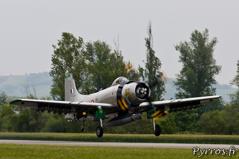 Douglas AD-4N Skyraider F-AZHK décollage à Airexpo 2012