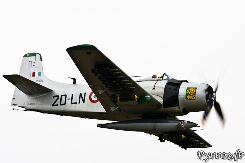 Douglas AD-4N Skyraider F-AZHK l'armement est très visible à Airexpo 2012