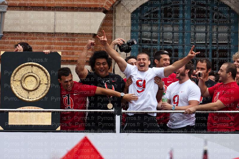 Luke Burgess nouveau joueur au Stade Toulousain présente à coté du Bouclier de Brennus par ses coéquipiers champions de France 2012