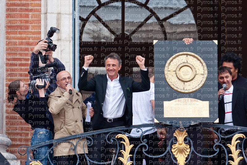Guy Noves a le sourire à cote du Bouclier de Brennus, Stade Toulousain champion de France 2012
