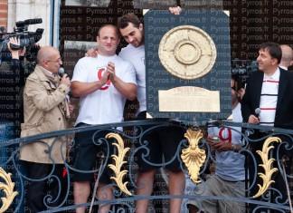 William Servat ému par l'hommage des toulousains lorsqu'il présente le Bouclier de Brennus, avec Russlan BOUKERO