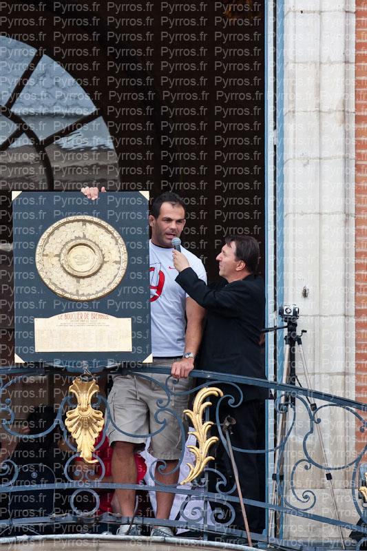 Gregory Lamboley tient le Bouclier de Brennus, Stade Toulousain champion de France 2012