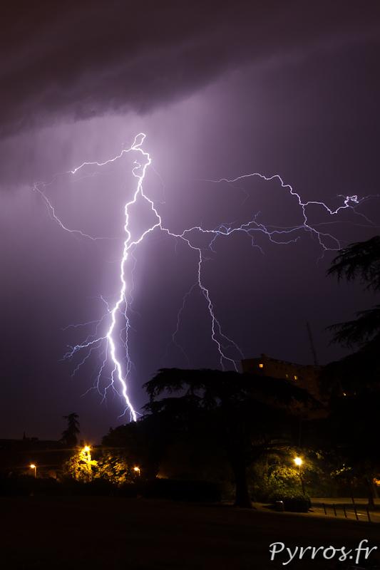 Orage à Toulouse, dans la nuit du 27 au 28 juin 2012 plusieurs cellules orageuses contournent Toulouse.
