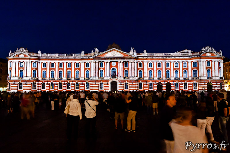 Le Capitole mis en lumière, la foule s'amasse sur la place pour voir la Garonne inonder le Capitole