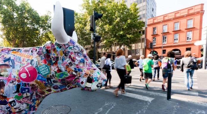 CowParade à Toulouse les passants sous surveillance bovine
