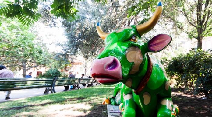 CowParade à Toulouse vache a l'ombre sous les arbres de la place Wilson