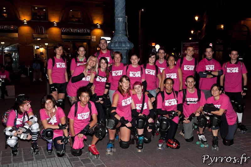 Les membres des équipes de Roller Derby de Toulouse sont réunis pour Octobre Rose