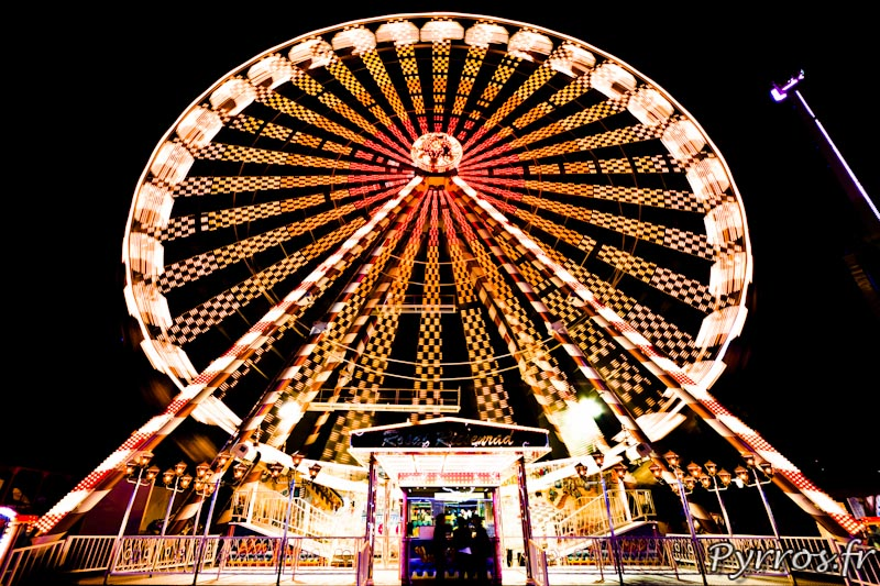 Grande Roue de la fête St Michel domine les attraction installées sur le parking du Zénith