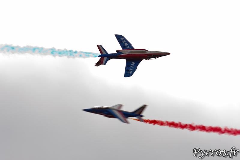 Patrouille de France Percussion, l'avion venant de gauche est sur le dos