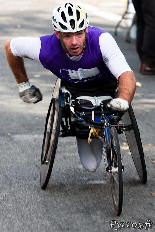 Marathon Handisport, concurrent avec les couleurs de l'association Laurette Fugain