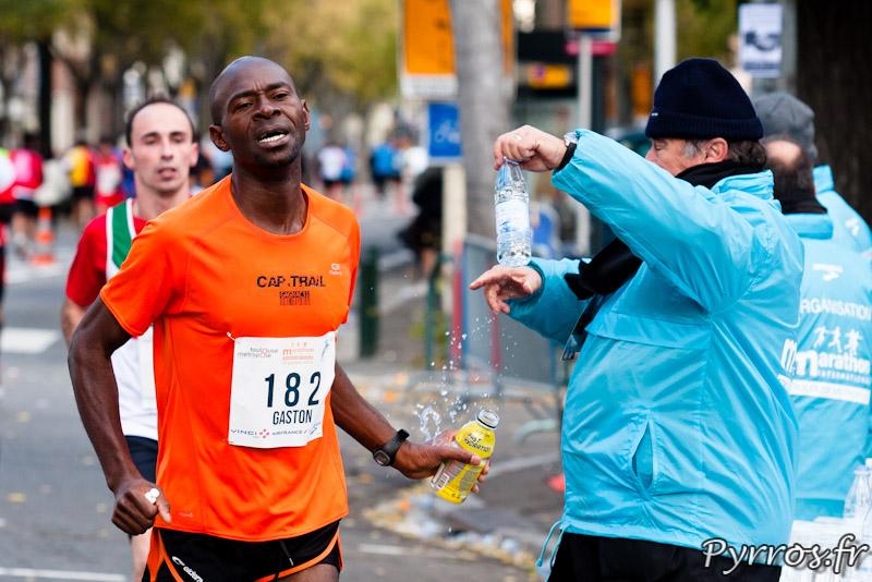 Les bénévoles du Marathon International de Toulouse Métropole propose les bouteilles aux coureurs