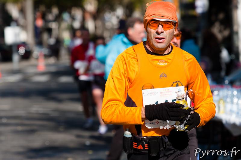Marathon International de Toulouse Métropole, lorsque les bouteilles sont ouvertes il n'est pas toujours simple de ne pas s'arroser