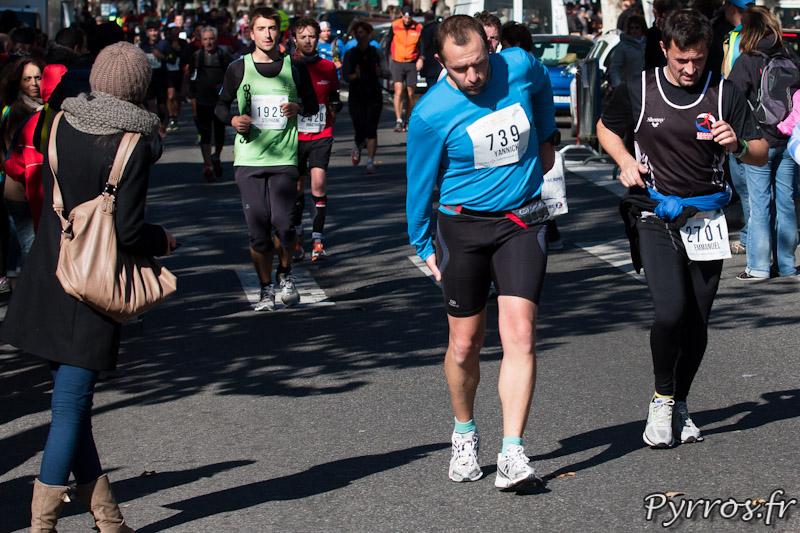 les crampes se font sentir lors du Marathon International de Toulouse Métropole a 4 kilomètres de ligne d'arrivée