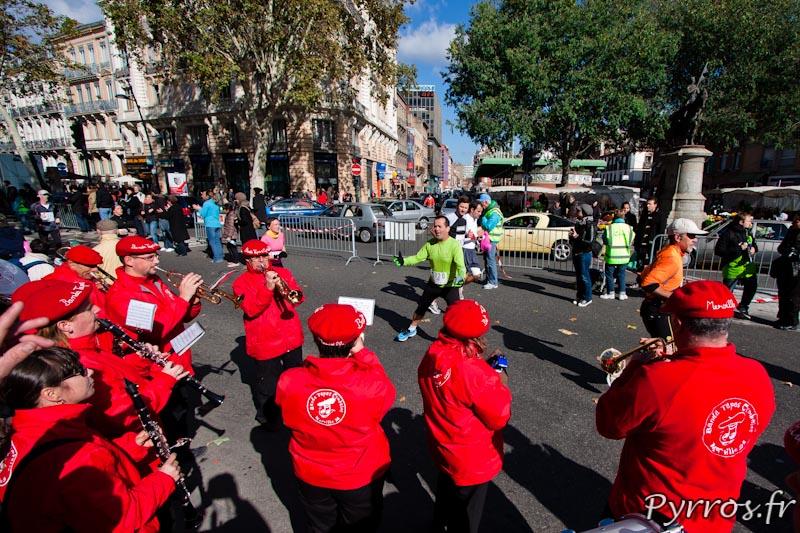 Banda Tapas Cymbales anime le parcours et encourage les participants qui n'hésitent pas s'arrêter pour profiter de la musique