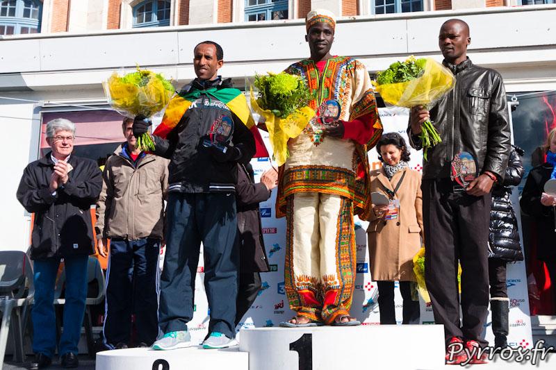 Podium du marathon catégorie Homme de gauche à Droite : Hailemariam ATSEBHA, Benjmain BITOK et Vincent KIPCHICHIR