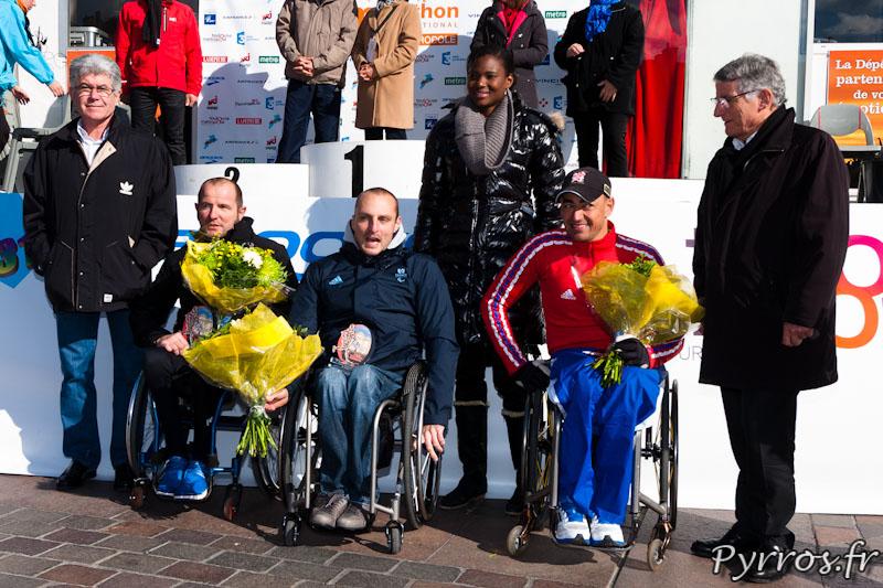 De gauche à Droite : Philippe LEGOUIC, Julien CASOLI, Serge ROBERT. deuxième rang : Jean-Pierre Havrin (élu municipal), Muriel Hurtis (Marraine du Marathon) et Pierre Cohen (Maire de Toulouse)