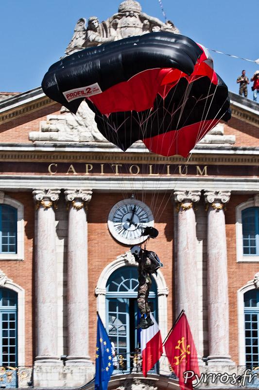 Parachutiste en phase d'atterrissage devant le Capitole