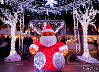 Un Père Noël lumineux se cache au centre de la place du Capitole
