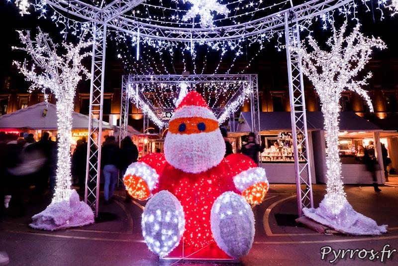 Marché de Noël, Un Père Noël lumineux se cache au centre de la place du Capitole