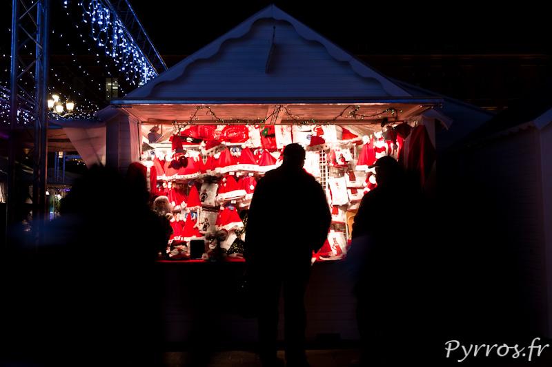 Boutique de bonnets de Père Noël au marché de Noël de Toulouse