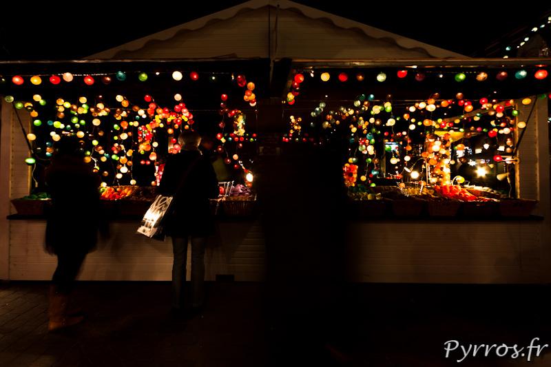 Chalet de boules lumineuses décoratives.