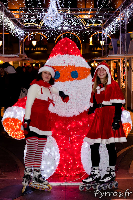 Père Noël lumineux et Mère Noël en roller place du Capitole