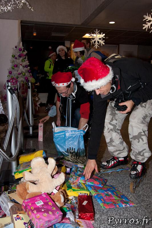 Randonnée roller organisée par Roulez Rose, chaque patineur doit apporter un cadeau pour les enfants hospitalises a Purpan, dépôt des cadeaux au pied du sapin