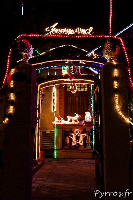Maison décorée pour Noël, une entrée accueillante