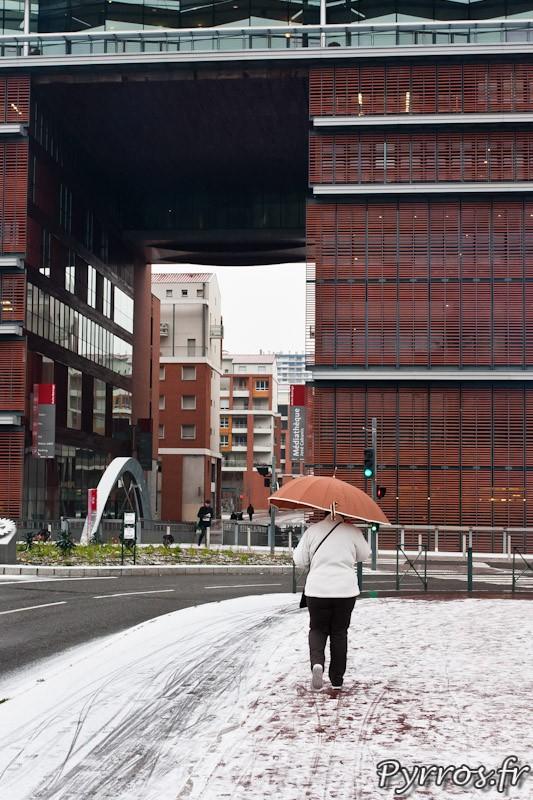 Au pied de la médiathèque les trottoirs sont couvert de neige