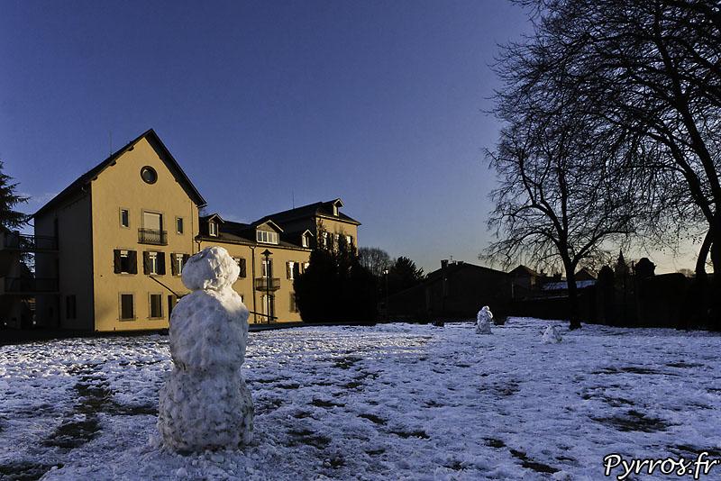 Saint Laurent de Neste un Bonhomme de neige devant le centre d'accueil