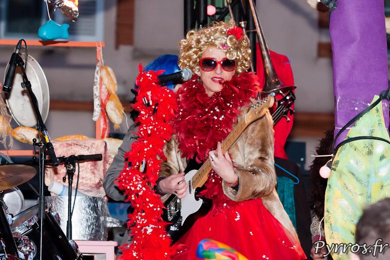 Sur les chars du Carnaval on joue encore de la musique avec des instruments