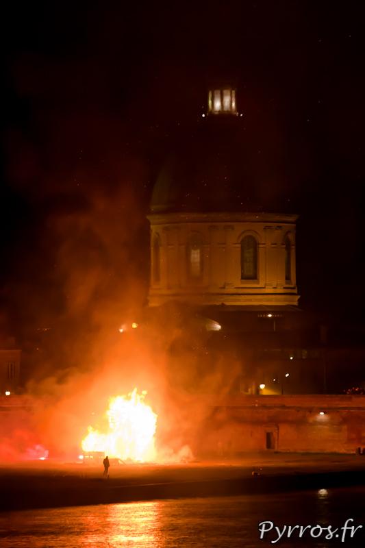 Sous le regard de son créateur Raphaël de Just, Mr carnaval est brulé en bord de Garonne