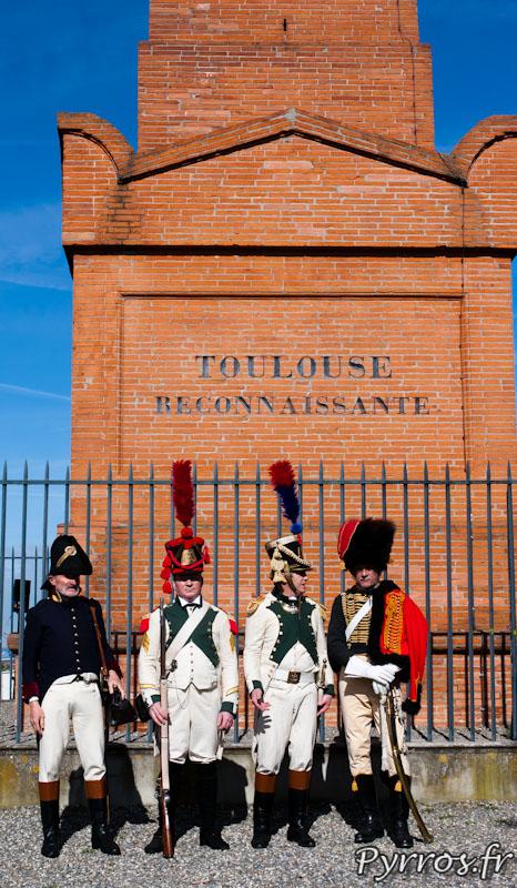 En tenu napoléonienne les reconstituants historiques en costume d'époque posent devant l'obélisque de Jolimont a Toulouse